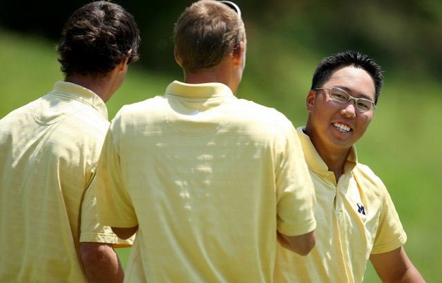Michigan teammates congratulate Lion Kim after he birdied No. 17 to close out his match against USC's Matthew Giles.