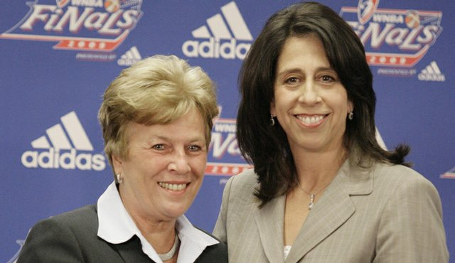 Donna Orender (right) presents the 2009 WNBA Coach of the Year award to Atlanta Dream head coach Marynell Meadors.