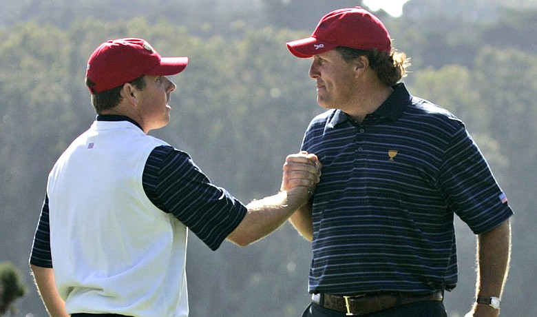 Phil Mickelson and Justin Leonard won the first point for Team USA on Day 2 of the Presidents Cup.