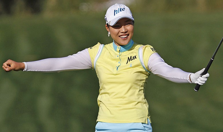 Hee Kyung Seo sinks a birdie putt on the 14th hole during the final round of the Kia Classic.