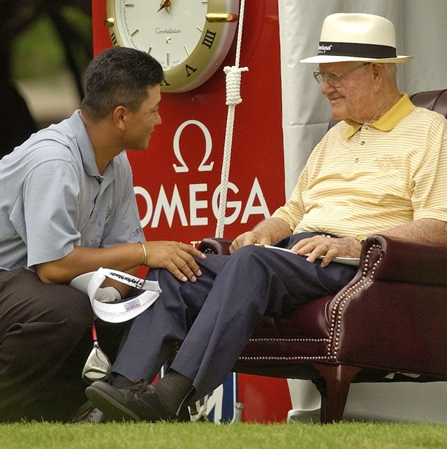 K.J. Choi chats with Byron Nelson in 2003.