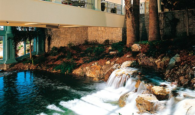 A river flows throughout Cascata – inside and outside the clubhouse.