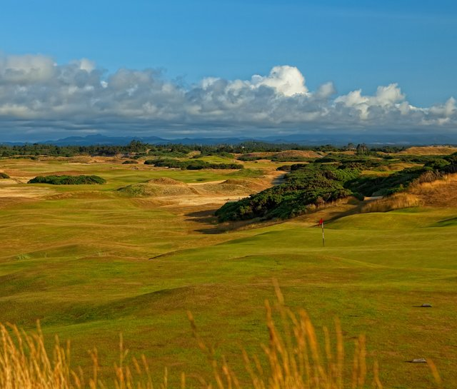 Old Macdonald&#39;s seventh hole utilizes a huge dune overlooking the Pacific.