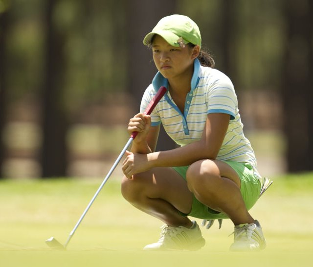Megan Khang lines up a putt during the U.S. Girls&#39; Junior.
