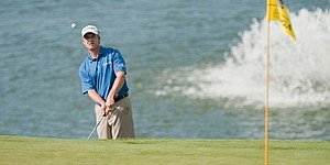 Toms leads Els by 1 at PGA Grand Slam