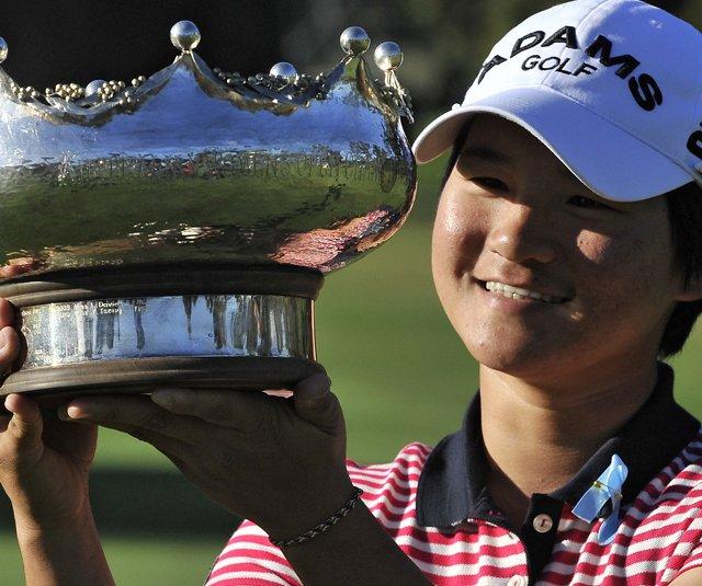 Defending champion Yani Tseng holds the trophy at the Women&#39;s Australian Open.