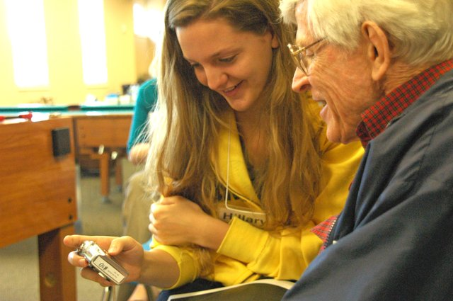 Seniors are learning to improve brain fitness with the help of a new photography course, which pairs aspiring senior photographers with Rollins College students.