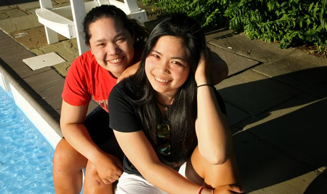 Ariya Jutanugarn (left) with her older sister Moriya Jutanugarn.