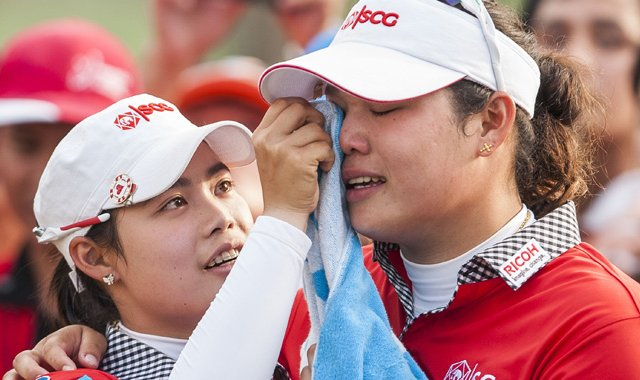 Thailand&#39;s Ariya Jutanugarn (right) is consoled by her sister Moriya after losing the title with a triple-bogey on No. 18.