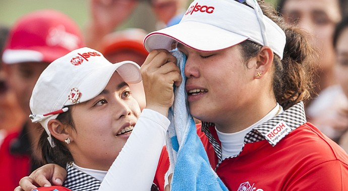 Thailand's Ariya Jutanugarn (right) is consoled by her sister Moriya after losing the title with a triple-bogey on No. 18.