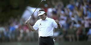 Mickelson retains lead despite tough day with putter