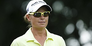 More rain pushes Blue Bay LPGA to Monday finish