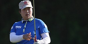 Feng builds 4-shot lead in Dubai; Woods 6 back