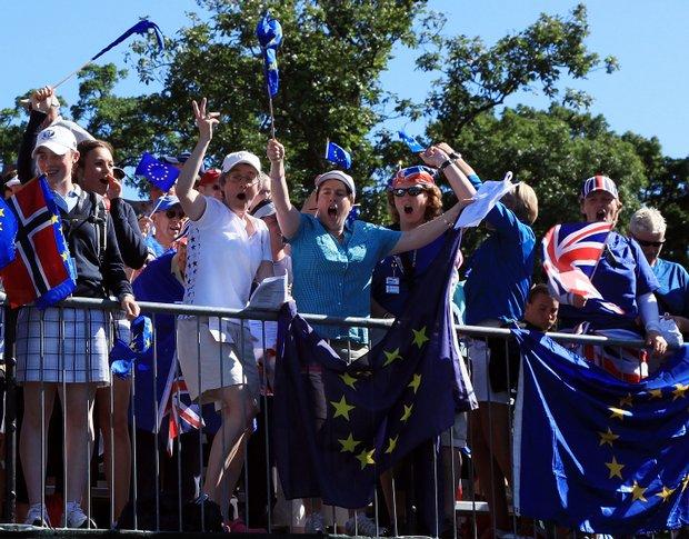 European fans cheer on the first tee box.