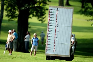 A roving scoreboard during the morning 27 man playoff.
