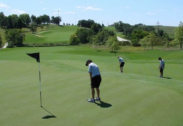 New Mexico State practices on the par-5 16th green at Blue Top Ridge, the longest hole in Iowa.