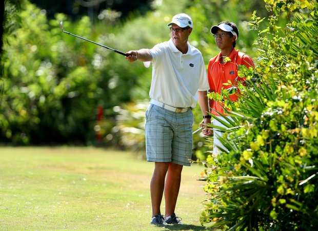 Florida head coach Buddy Alexander talks with Phillip Choi about his options at No. 18.