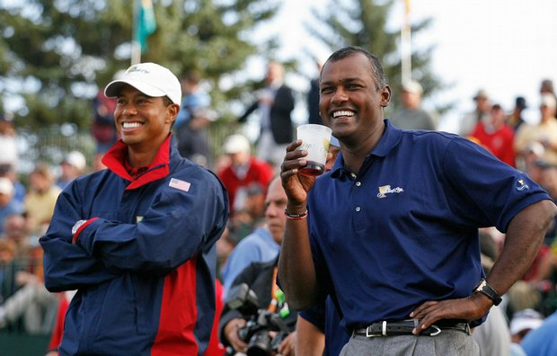 Tiger Woods and Vijay Singh during the final round of the 2007 Presidents Cup.