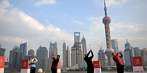 Tiger, Phil play Chinese chess in Shanghai