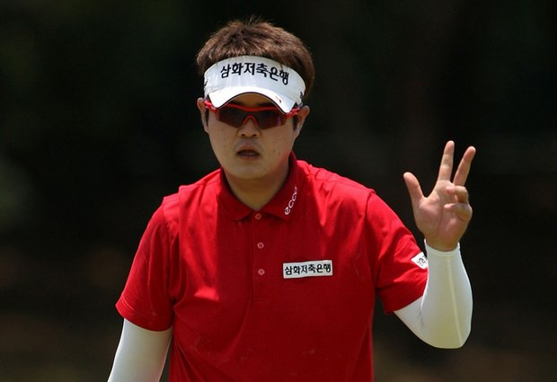 Han Min-Kyu waves to the crowd during Round 1 of the Australian PGA Championship.