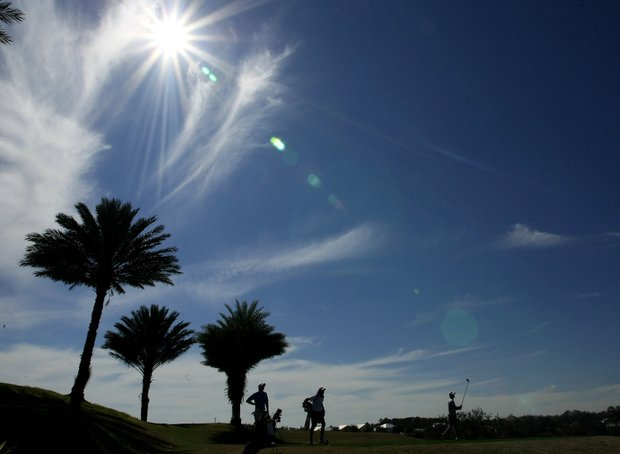 The afternoon sun shines down during round 2.