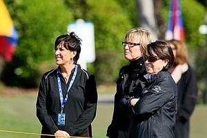 Duramed Futures' Nancy Henderson, LPGA's Jane Geddes and Duramed Futures' Zayra Calderon watch as Mike Whan caddies at the Duramed Futures Tour season opener.
