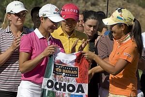 Ai Miyazato gives a signed caddie vest to Lorena Ochoa.