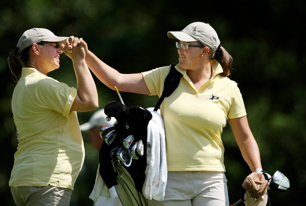 Assistant coach Johanna Joseffson sends Laura Gonzalez-Escallon on her way at No. 1. Escallon shot a third round 69.