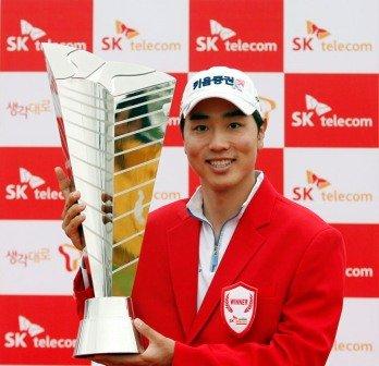 Bae Sang-moon displays the spoils of victory.