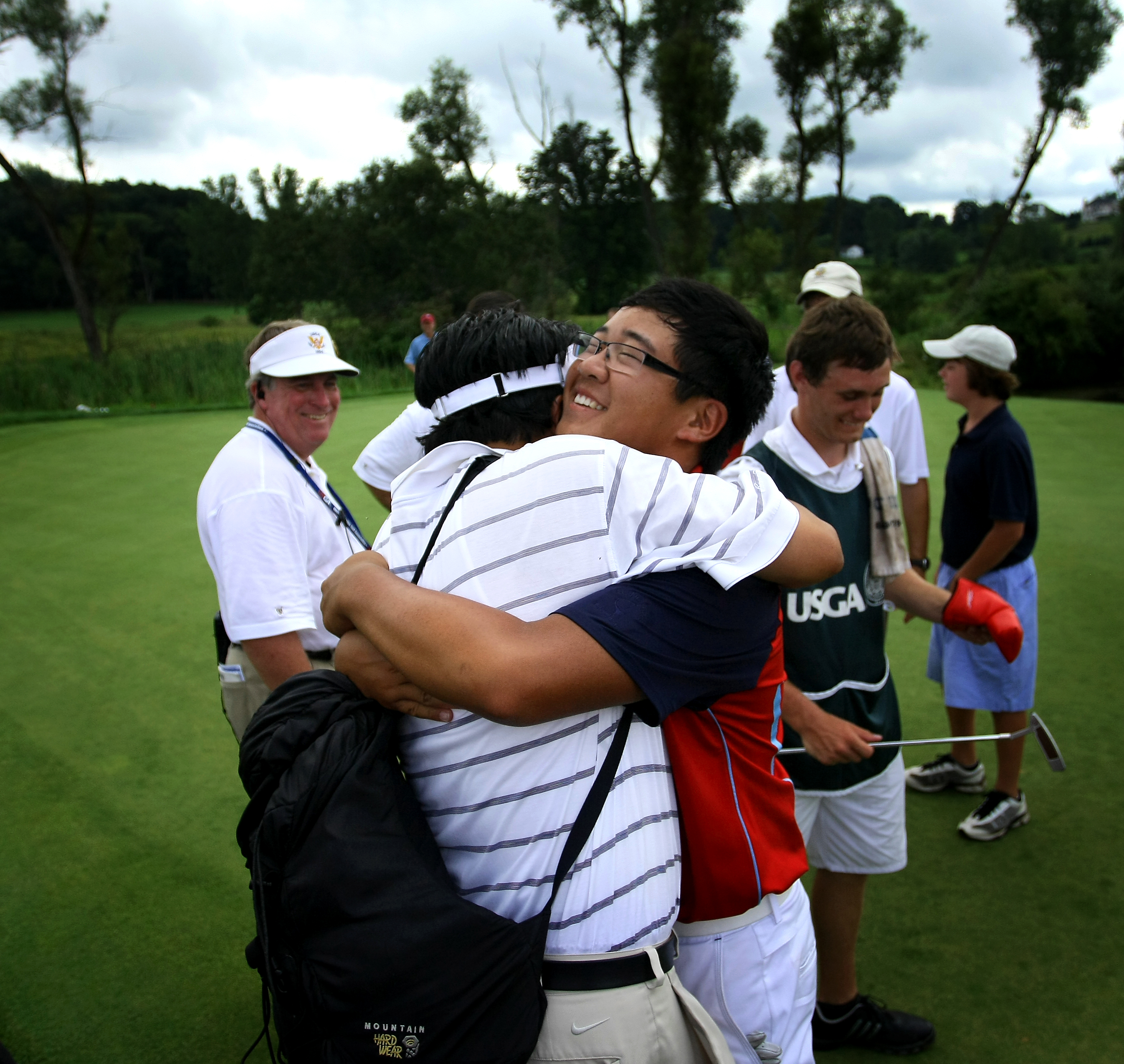 Jim Liu gets a hug from his dad, Yiming Liu, after he defeated Justin Thomas, 4 and 2, in the finals of the U.S. Junior Amateur.