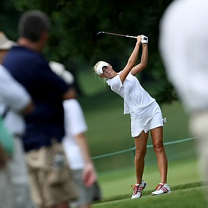 Jessica Korda hits her tee shot at No. 14 with a gallery.