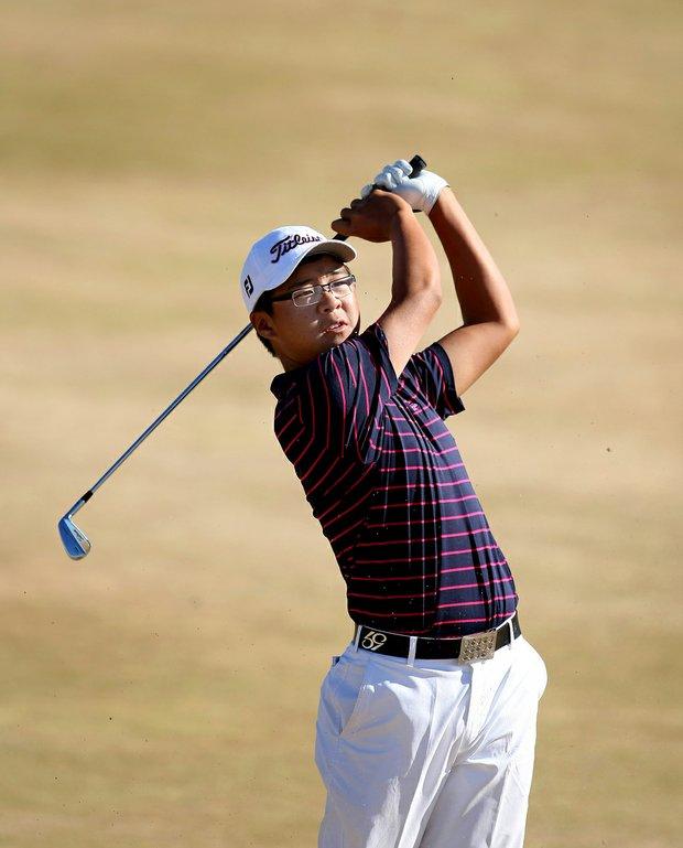 U.S. Junior champion Jim Liu watches his shot at No. 6 at Chambers Bay.
