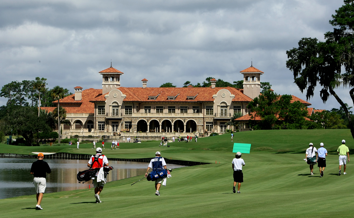 Players walk toward the 18th green during the 2009 Junior Players Championship.