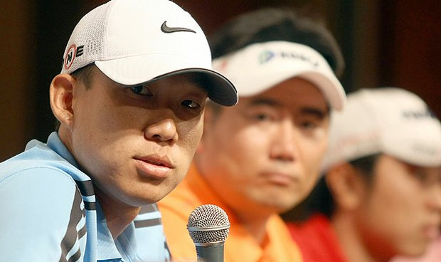 Flanked by Y.E. Yang, Anthony Kim answers questions during a press conference in Seoul.