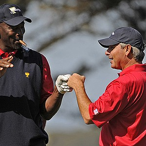 Basketball great Michael Jordan and captain Fred Couples had fun at the 2009 Presidents Cup.