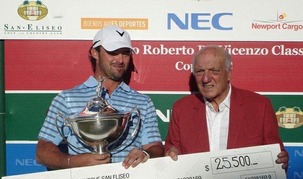 Roberto De Vicenzo presents the trophy and winner's check to Daniel Barbetti.