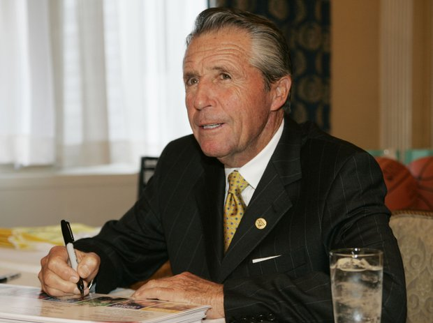 Golfer Gary Player signs autographs before the 22nd AnnualGreat Sports Legends Dinner, Monday, Sept. 17, 2007 in New York.
