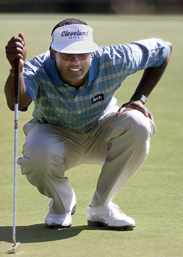 AUGUSTA, : Vijay Singh of Fiji lines up his putt 07 April, 2000, during the 2nd round of the 2000 Masters at Augusta National Golf Course in Augusta, Georgia. Singh shot 5 under par 67.