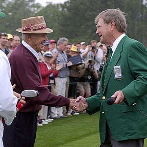 "Golf legend Sam Snead shakes hands with William W. ""Hootie"" Johnson who is Chairman of Augusta National Golf Course."
