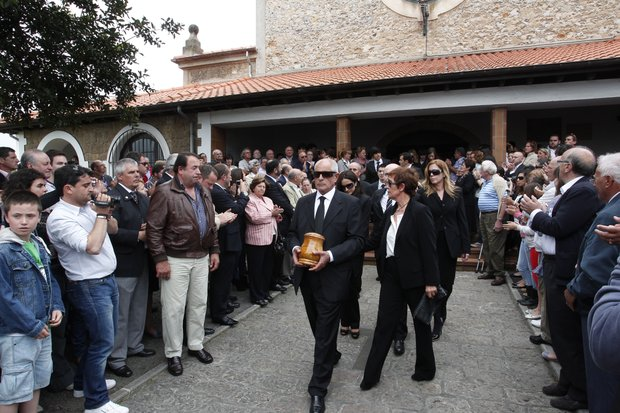 Baldomero Ballesteros, centre, carries the urn containing the ashes of his brother Seve Ballesteros besides his wife Carmen Cabarga as they leave the parish church during the funeral ceremony for legendary Spanish golfer Seve Ballesteros in Pedrena, Spain Wednesday May 11, 2011. Top-ranked golf players have joined family members and friends to pay their last respects to the late golf great, who died on May 7, 2011 from complications arising from a brain tumor.