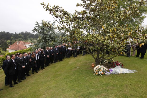 Ballesteros family members and close friends gather arrund the urn, containing the ashes of Seve Ballesteros, under the magnolia tree, on the the family estate prior to the start of the funeral service in Pedrena, Spain, Wednesday, May 11, 2011.