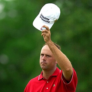 Stewart Cink tips his cap to the gallery on the 18th hole after finishing the third round at the U.S. Open at the Southern Hills Country Club in Tulsa, Okla., Saturday, June 16, 2001. Cink is tied for the lead with Retief Goosen.