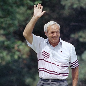 Arnold Palmer acknowledges the crowd before teeing off on the first hole of Kemper Lakes on Thursday, August 10, 1989 in Hawthorn Woods during first round action of the PGA Championship.