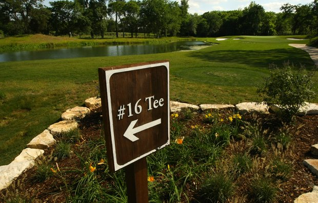 A sign points players in the right direction at Traditions Club's par-3 16th.