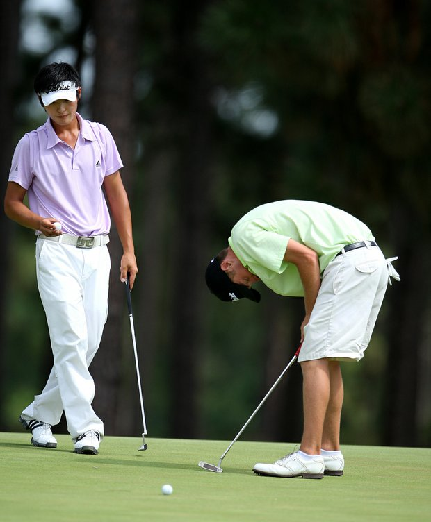 Drew Kittleson reacts to missing his birdie putt at the 30th hole as Danny Lee prepares to putt during Sunday's 2008 U. S. Amateur.