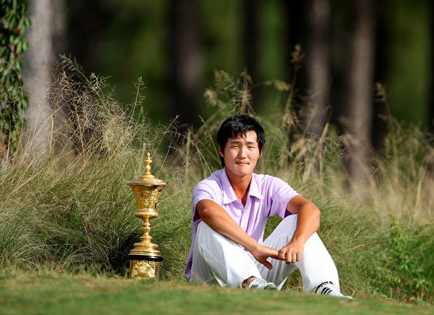 Danny Lee of New Zealand poses with the Havemeyer trophy at the 2008 U. S. Amateur.