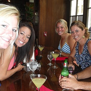 Nicole Smith, left, eats in New York City with fellow Big Break Ireland competitors. From second from left: Kelly Jacques, Annie Brophy, Mallory Blackwelder and Julien Trudeau.