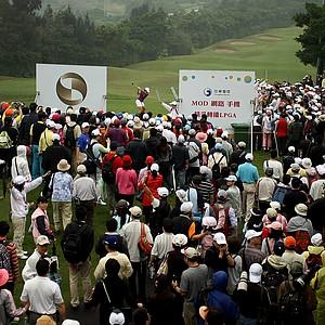 Yani Tseng hits her tee shot at No. 9 as crowds make their way toward the fairway.
