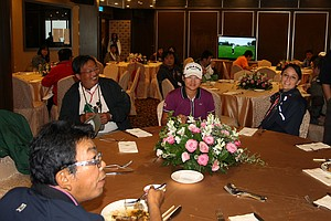Yani Tseng, center, grabs a quick bite to eat in the media dining area prior to her press conference after Friday's round.