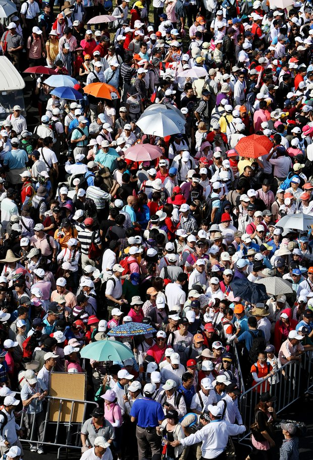 Crowds make their way around trying to follow Yani Tseng as she makes the turn during the final round of the inaugural 2011 Sunrise LPGA Taiwan Championship.